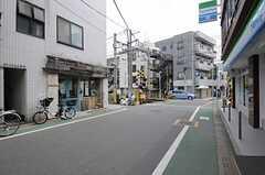 東急大井町線・緑が丘駅からシェアハウスへ向かう道の様子。フレンチトースト専門のカフェがあります。(2013-05-10,共用部,ENVIRONMENT,1F)