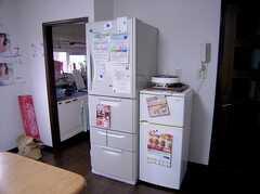 共用キッチン脇に設置された共用の冷蔵庫(2005-07-14,共用部,KITCHEN,2F)