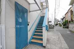 2階の玄関へつづく階段の様子。1階と2階はこの階段を使って行き来します。(2011-05-10,共用部,OTHER,1F)