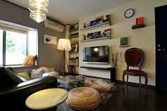 アンティーク調の椅子があります。(2011-05-10,共用部,LIVINGROOM,2F)