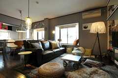 ソファの前のローテーブルは、ステンレスを加工した特注品です。(2011-05-10,共用部,LIVINGROOM,2F)