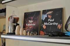 美術本や小物の様子。(2011-05-10,共用部,OTHER,2F)