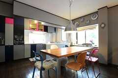 ダイニングテーブルの様子。カウンターテブールの奥にキッチンがあります。(2011-05-10,共用部,LIVINGROOM,2F)