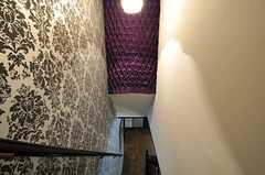 階段の様子。紫色のラグジュアリーな飾り布もオーナーさんの手によるもの。(2011-05-10,共用部,OTHER,3F)