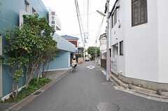 小田急線・経堂駅からシェアハウスへ向かう道の様子。(2011-05-10,共用部,ENVIRONMENT,1F)