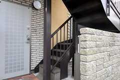正面玄関は階段を上がって2Fです。(2013-02-23,周辺環境,ENTRANCE,1F)