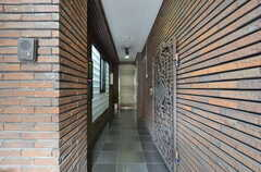 建物のアプローチ。1〜2階にはテナントが入っていて、シェアハウスは3階部分にあります。(2015-12-17,周辺環境,ENTRANCE,1F)
