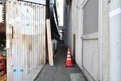 脇道の先にドアがあります。(2018-05-21,周辺環境,ENTRANCE,1F)