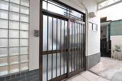 シェアハウスの正面玄関。(2012-09-17,周辺環境,ENTRANCE,1F)
