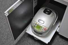 炊飯器はシンク下から現れます。(2012-09-17,共用部,LIVINGROOM,1F)