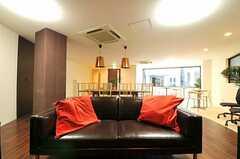 シェアハウスのラウンジの様子7。ゆったりできるソファもあります。(2010-12-28,共用部,LIVINGROOM,1F)