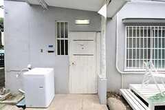 シェアハウスの玄関ドアの様子。(2012-05-29,周辺環境,ENTRANCE,1F)