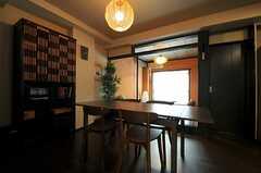 リビングの様子。奥に小上がりがあります。右手のドアが301号室です。(2013-09-05,共用部,LIVINGROOM,3F)