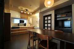 リビングの隣はキッチンです。(2013-09-05,共用部,LIVINGROOM,3F)