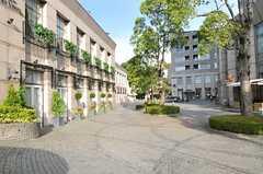 近くにあるプライムスクエアの様子。コンビニや飲食店が入っています。(2013-09-05,共用部,ENVIRONMENT,1F)