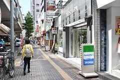 京王線・幡ヶ谷駅前の様子。コンビニや飲食店も多く便利なエリアです。(2016-08-25,共用部,ENVIRONMENT,1F)