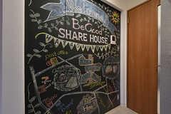 入り口のすぐ横には大きな黒板が。シェアハウス周辺の地図は、施工会社の担当のおじさまが書いてくれたのだそう。(2018-09-26,共用部,LIVINGROOM,1F)