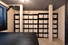 壁一面の収納ボックス。部屋ごとにふたつ使えます。食料品などを入れておけます。(2018-09-26,共用部,LIVINGROOM,1F)