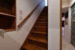 階段の様子。2階へのアクセスは玄関の目の前の階段のみです。(2018-09-26,共用部,OTHER,1F)