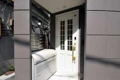 シェアハウスの正面玄関。(2010-08-27,周辺環境,ENTRANCE,1F)
