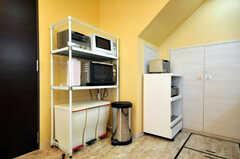 キッチン家電とゴミ箱の様子。防臭ぺールも用意されています。(2010-08-27,共用部,KITCHEN,1F)