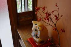 玄関脇では招き猫がお出迎え。(2014-10-08,周辺環境,ENTRANCE,1F)
