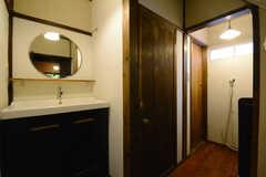 水まわり設備の様子。奥のドアがトイレ、手前がバスルームです。(2014-10-08,共用部,OTHER,1F)
