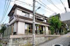 家の前は坂道です。(2010-10-06,共用部,OUTLOOK,1F)