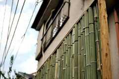 目隠しの竹垣の様子。(2010-10-06,共用部,OUTLOOK,1F)