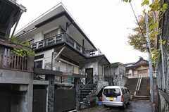 シェアハウスの外観。2-3Fがシェアハウスです。(2012-11-23,共用部,OUTLOOK,1F)