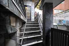 玄関は階段を上がって2Fです。(2012-11-23,周辺環境,ENTRANCE,1F)