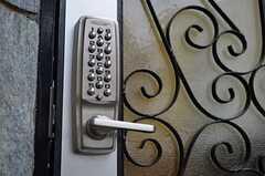 玄関のドアはナンバー式のオートロックです。(2012-11-23,周辺環境,ENTRANCE,2F)