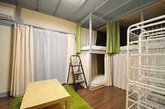 ドミトリーの様子。備え付けのベッドです。(201号室)(2012-11-23,専有部,ROOM,2F)