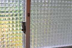 トイレの窓ガラス。(2012-11-23,共用部,TOILET,3F)