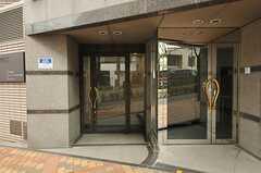 2つ並んだ玄関の左側が、シェアハウスの正面玄関。(2013-02-27,周辺環境,ENTRANCE,1F)