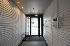 玄関まわりの様子。部屋に直接つながるインターホンもあります。(2013-02-27,周辺環境,ENTRANCE,1F)