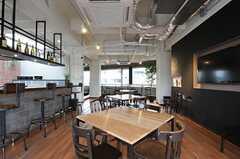 ラウンジの様子2。テーブルはオーダーで作ってもらったのだそう。木製チェアはアンティーク。(2013-02-27,共用部,LIVINGROOM,7F)