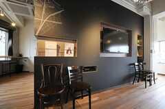 共用TVは壁掛けタイプ。壁は黒板塗装されています。(2013-02-27,共用部,TV,7F)