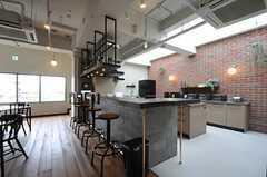 カウンターテーブル周辺の様子。キッチン側がレンガなので、パブのような雰囲気です。(2013-02-27,共用部,LIVINGROOM,7F)