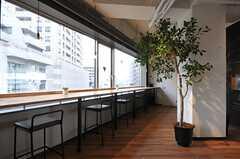窓を向いたカウンター席もあります。(2013-02-27,共用部,LIVINGROOM,7F)