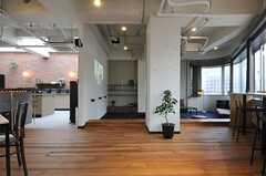 正面の一段下がった位置に、靴を脱いでくつろげるサンクンラウンジと呼ばれる空間があります。(2013-02-27,共用部,LIVINGROOM,7F)