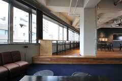 サンクンラウンジから見たカウンターの様子。(2013-02-27,共用部,LIVINGROOM,7F)