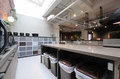 作業スペースの下にはゴミ箱があります。(2013-02-27,共用部,KITCHEN,7F)
