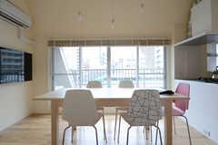 カーテンを開けると光が差し込みます。(2013-05-30,共用部,LIVINGROOM,5F)