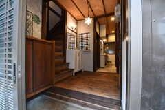 玄関から見た内部の様子。突き当たりがリビングです。(2017-06-07,周辺環境,ENTRANCE,1F)