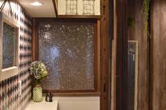 カウンターテーブルの奥にはガラス戸がはめられています。(2017-06-07,共用部,OTHER,1F)