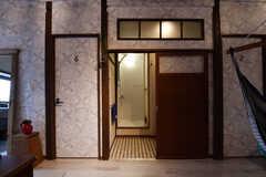 リビングの様子4。奥がシャワールームです。(2017-06-07,共用部,LIVINGROOM,2F)