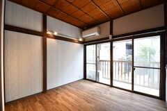 専有部の様子。掃き出し窓からベランダへ出られます。(207号室)(2017-06-07,専有部,ROOM,2F)