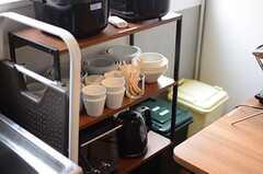 キッチン脇に据えられたラック。炊飯器や食器類が並んでいます。(2013-07-01,共用部,KITCHEN,1F)