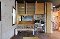 カウンター・テーブルの上にも部屋ごとに分けられた収納があります。(2012-08-31,共用部,LIVINGROOM,1F)
